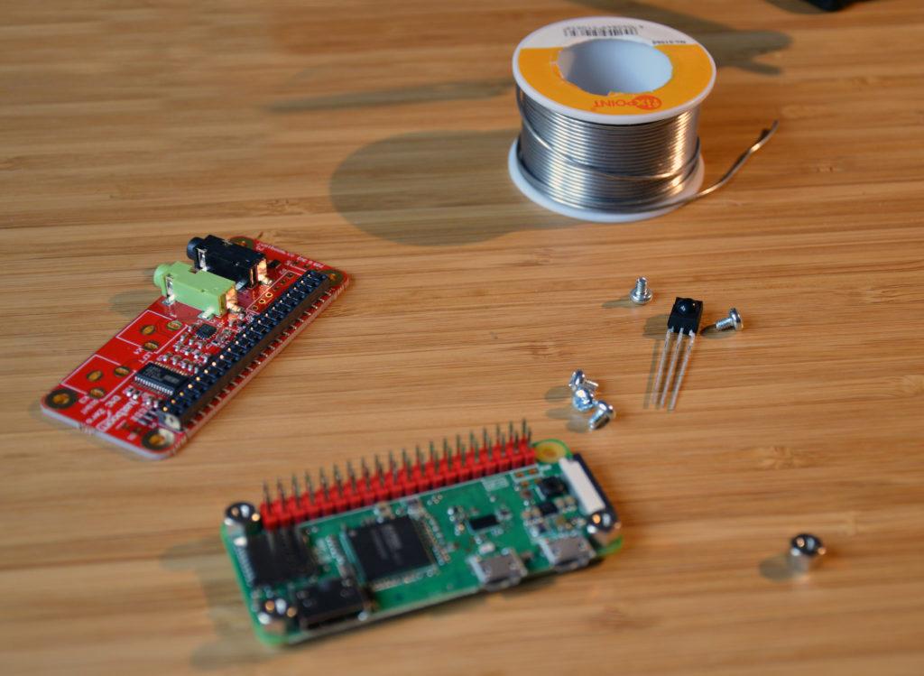 Raspberry Pi Zero W und Justboom Dac Soundkarte mit Lötzinn auf Schreibtisch