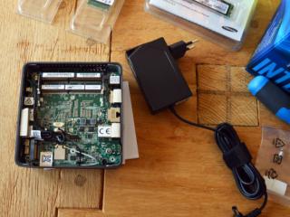Intel Nuc mit geöffneter Abdeckung und Netzteil