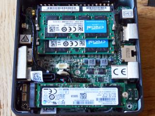 Intel Nuc mit geöffneter Abdeckung und Sicht auf den Arbeitsspeicher und die M.2 SSD
