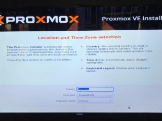Auswahlbildschirm der Zeitzonen Einstellung von Proxmox VE Installer