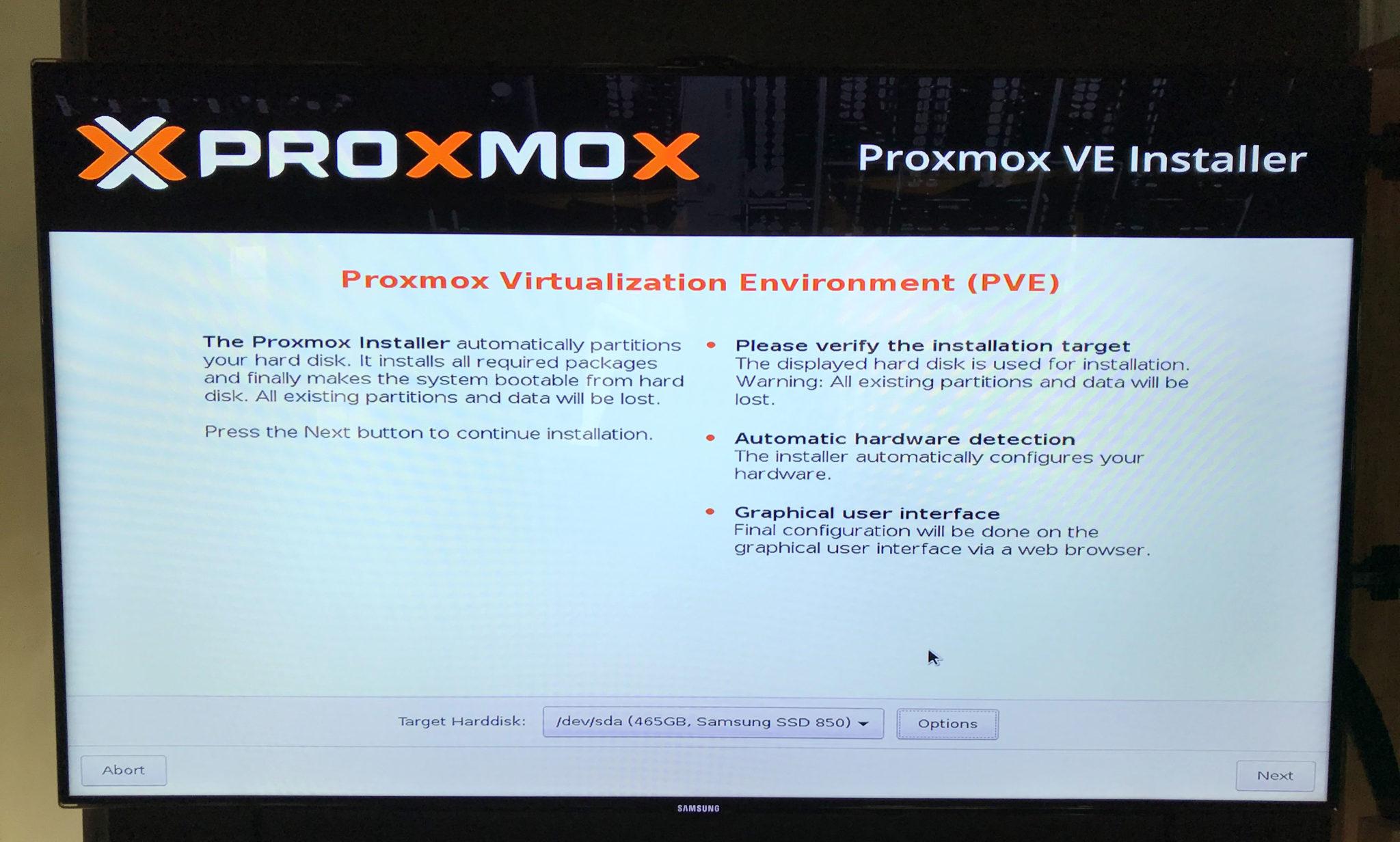 Auswahlbildschirm der Installationsoptionen und der Festplatte des Proxmox Installers