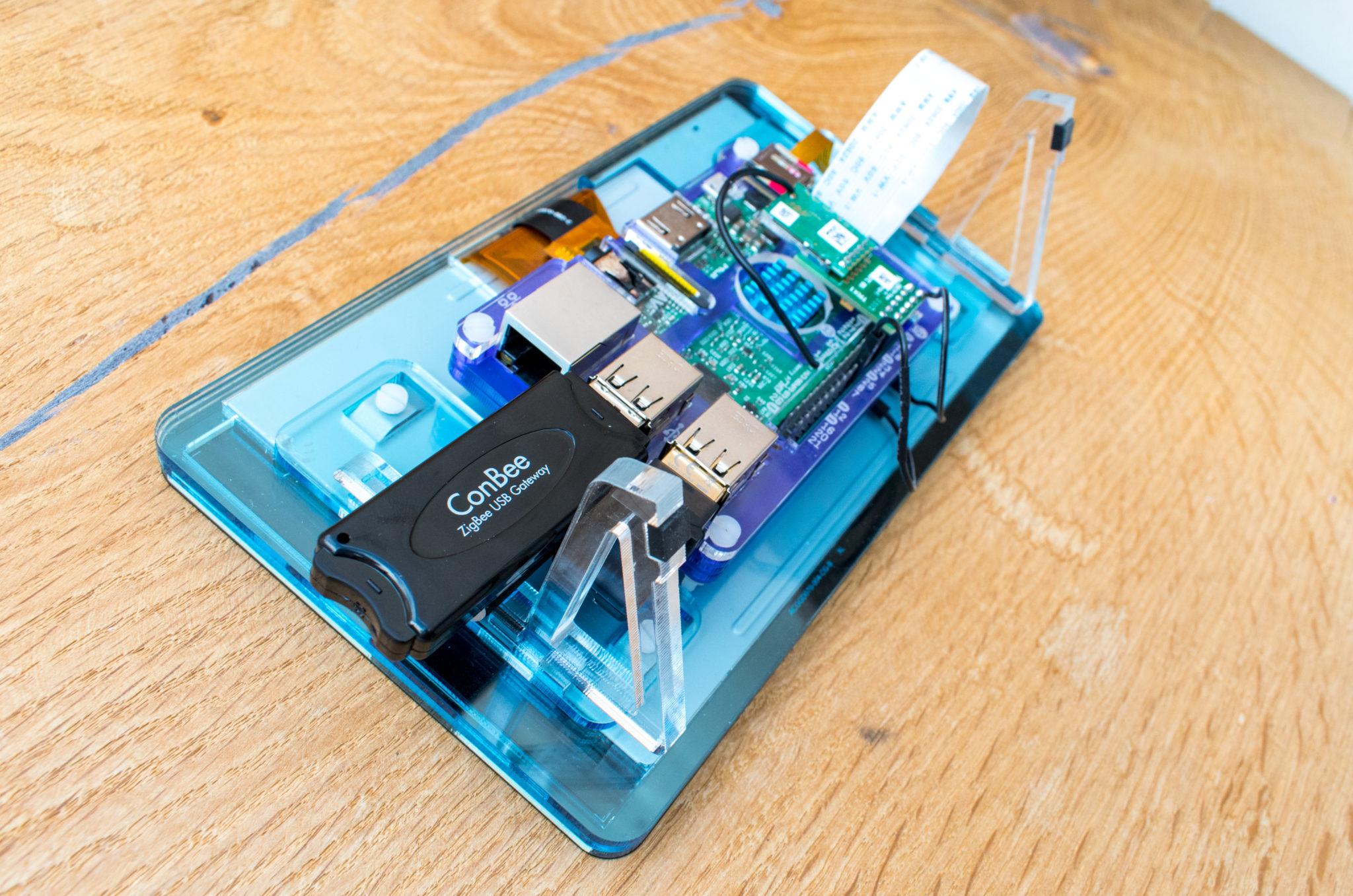 Raspberry von hinten mit ConBee USB Stick von Dresden Elektronik
